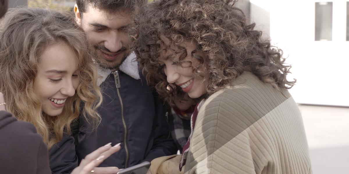 Anto Garzía con Paula Usero y Carol Rovira viendo contenido transmedia de #Luimelia